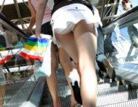 【覗きパンチラ盗撮】高画質。ミニスカギャルを逆さ撮りしたらマンコの具がハミ出そうなパンティを履いていたwww