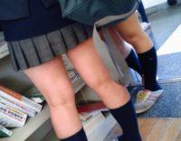 【覗きパンチラ】学校内で同級生が撮った制服JKの生足www教室の画像が超生々しいwww